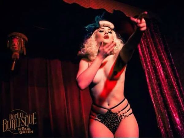indieBerlin attends a Shimmy Shake Burlesque Lesson