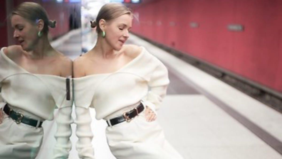 Anna Borissowna schlägt in Weiß auf